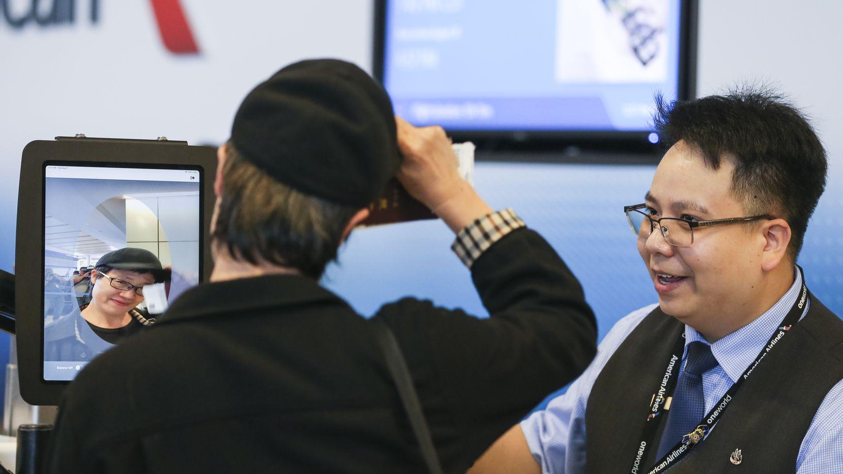 El agente Steven Phu ayuda a un pasajero abordar un vuelo de American Airlines del Aeropuerto Internacional DFW a Tokio.