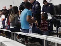 Fotografía de septiembre de 2017 muestra a decenas de personas que peticionan asilo en Estados Unidos y fueron detenidas en Laredo, Texas.