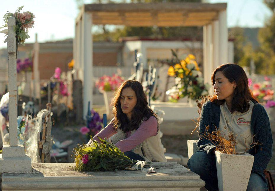 """En esta imagen proporcionada por Netflix Areli González, izquierda, e Iliana Donatlán en una escena de """"Somos."""" sobre una masacre ocurrida en México en  2011."""