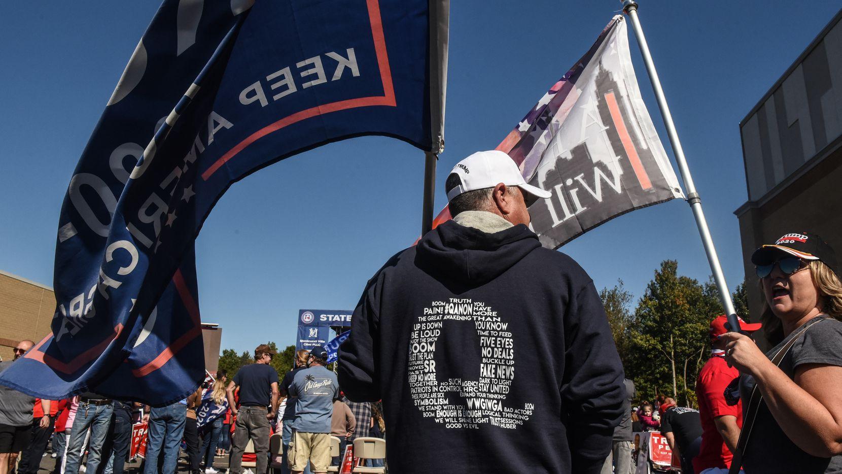 Una persona viste una sudadera y el símbolo de QAnon en un evento de apoyo a Donald Trump en Staten Island, New York, durante la pasada campaña electoral.