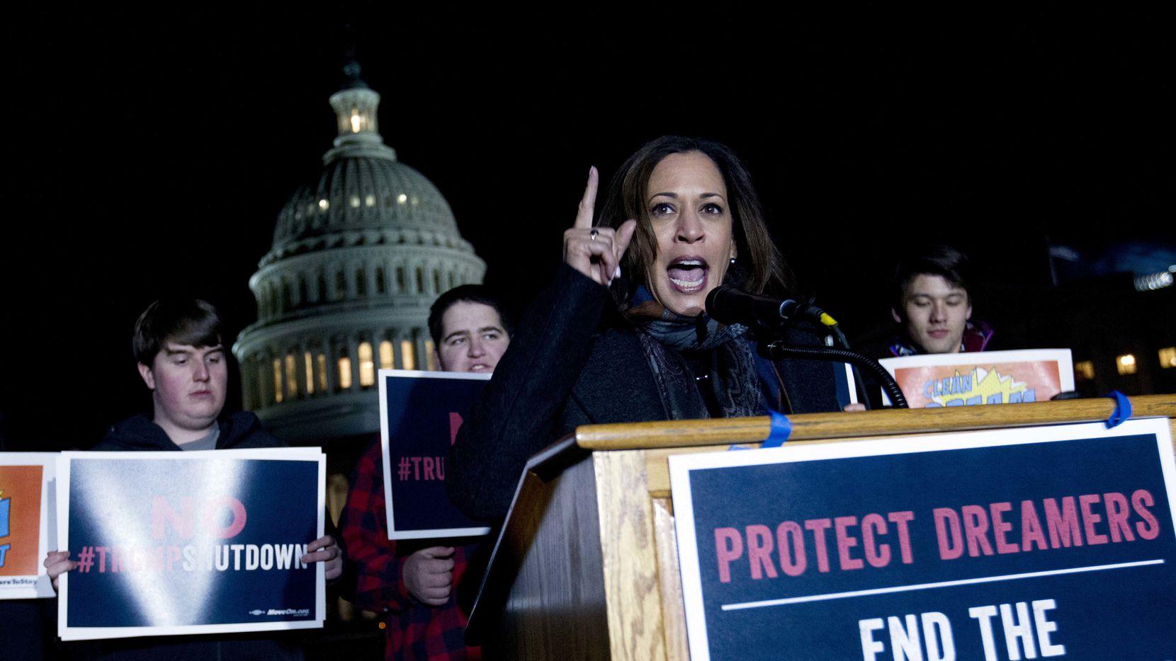 La senadora demócrata por California Kamala Harris apoyó un grupo de dreamers afuera del Congreso el viernes. AP