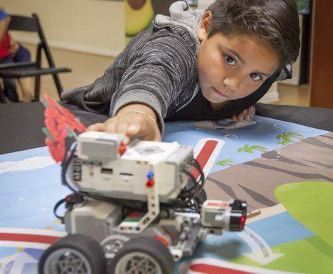 Haaron VIdaña, de 8 años, juega con un auto robótico durante la presentación de un campamento de verano STEM en el Consulado de México en Dallas. ROF HEFLIN/ESPECIAL PARA DMN