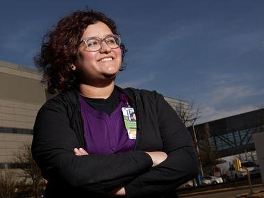 Alejandra Hernández es interprete médico en el Hospital Parkland, por lo que se dedica a traducir al inglés y español la conversación entre médicos, pacientes y familiares.