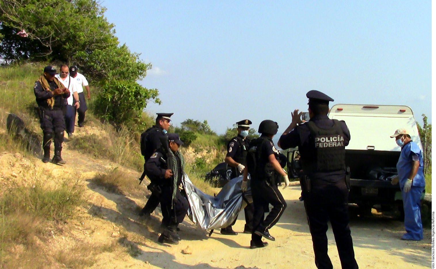 En la zona conocida como parque estatal El Veladero en Acapulco agentes de la Policía Federal hallaron los cuerpos enterrados de dos personas en octubre. (AGENCIA REFORMA)