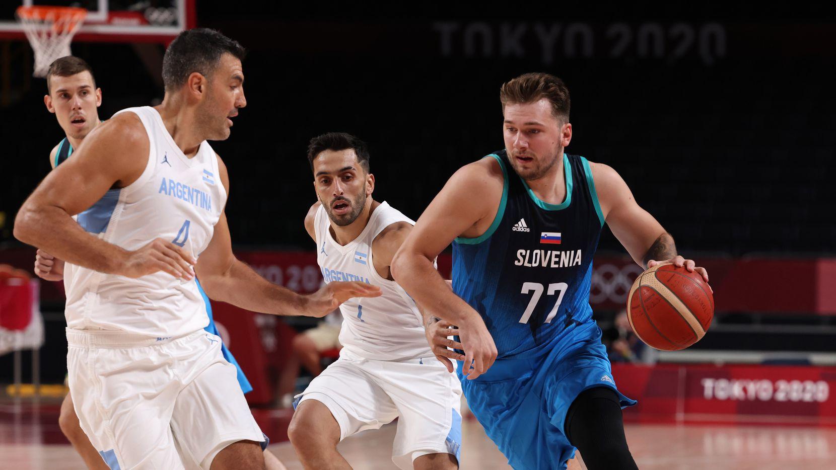 El esloveno Luka Doncic (77) maneja el balón en el juego de la fase de grupos del torneo olímpico de Tokio 2020 que enfrentó a su equipo con Argentina, el 26 de julio de 2021, en Saitama, Japón.