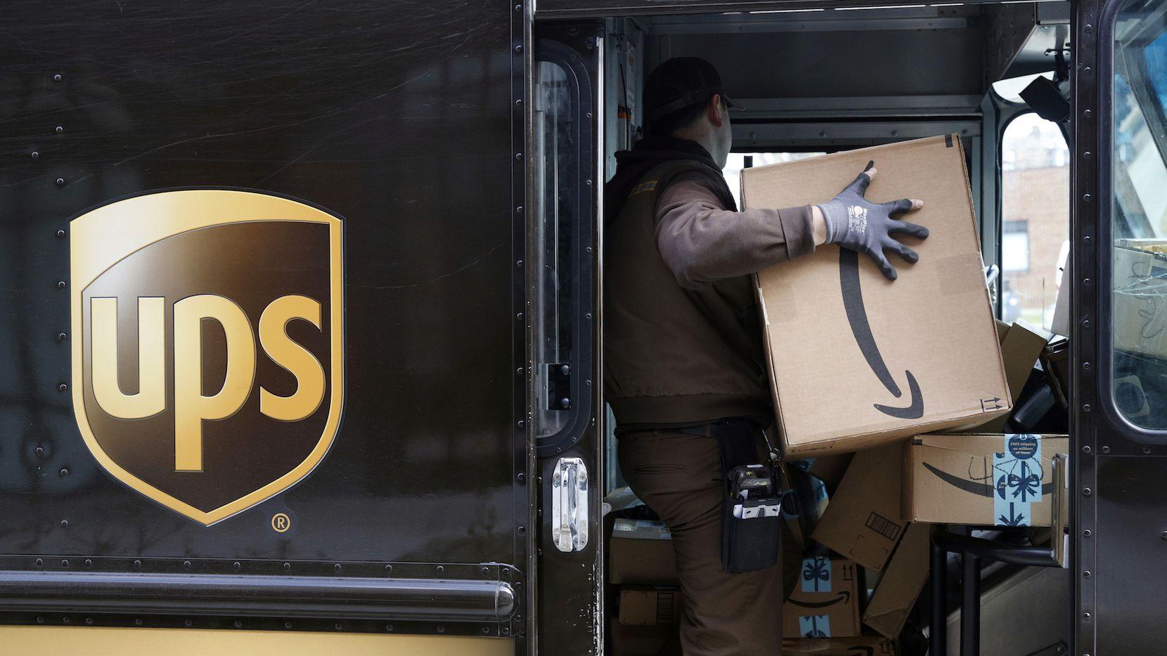 Un empleado de la compañía UPS reparte paquetes destinados para la época Navideña. AP