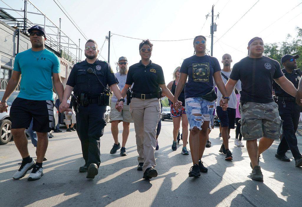 La jefa de policía, U. Reneé Hall, camina por Deep Ellum junto a varios oficiales. (Lawrence Jenkins/Especial para DMN)