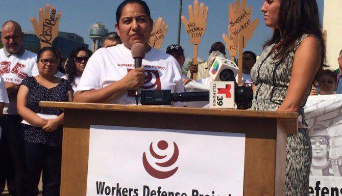 Claudia Golinelli, quien trabaja en construcción, durante una manifestación que exigió descansos para los trabajadores de la construcción. (DMN/CALEB DOWNS)