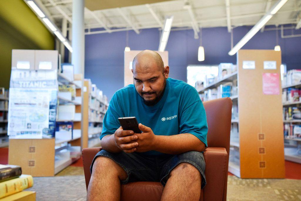 Victor Moreno, de 26 años, busca empleo con su teléfono aprovechando el wifi de la biblioteca de Pleasant Grove. Desde marzo, esta y otras bibliotecas prestarán hotspots con acceso gratuito a internet.