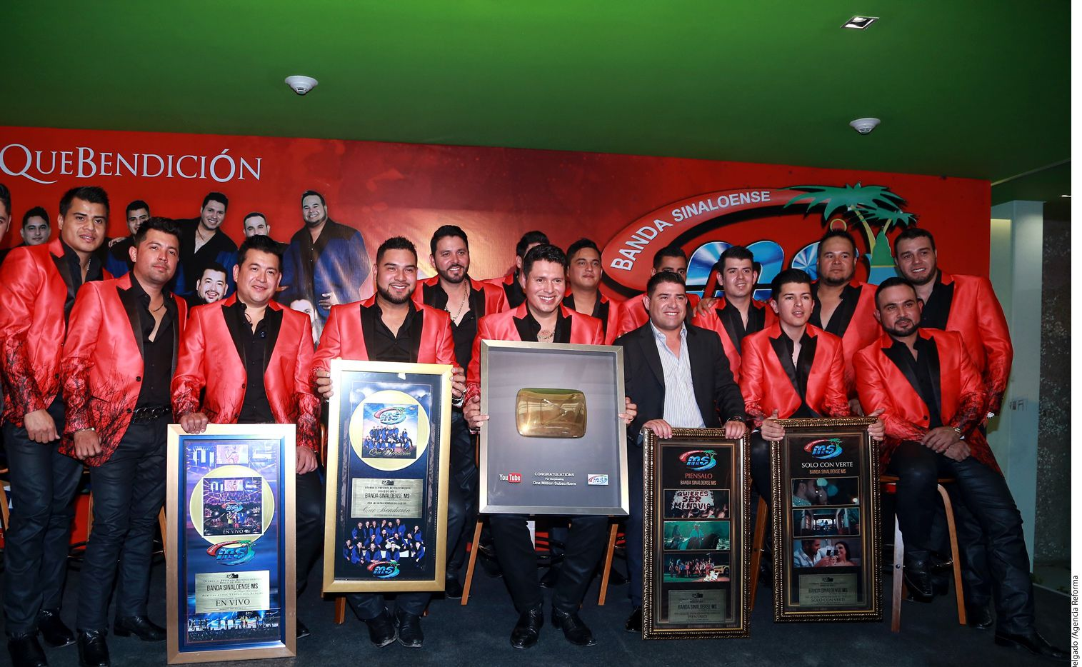"La Banda MS recibió disco de oro por 30 mil copias del álbum ""Que Bendición""."