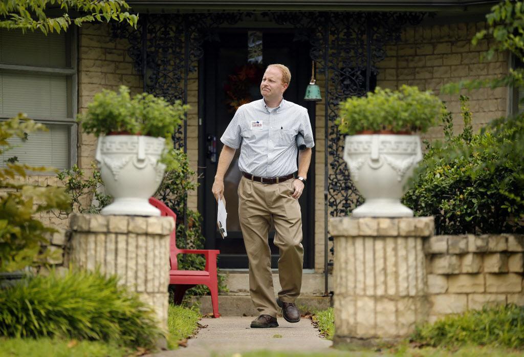 John Turner camina puerta a puerta en un vecindario de Old Lake Highland en octubre pasado. TOM FOX/DMN