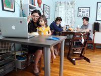 Jessica Fuentes trabaja desde su pequeña casa en Fort Worth, donde comparte el espacio con tres personas, su esposo y sus dos hijas.
