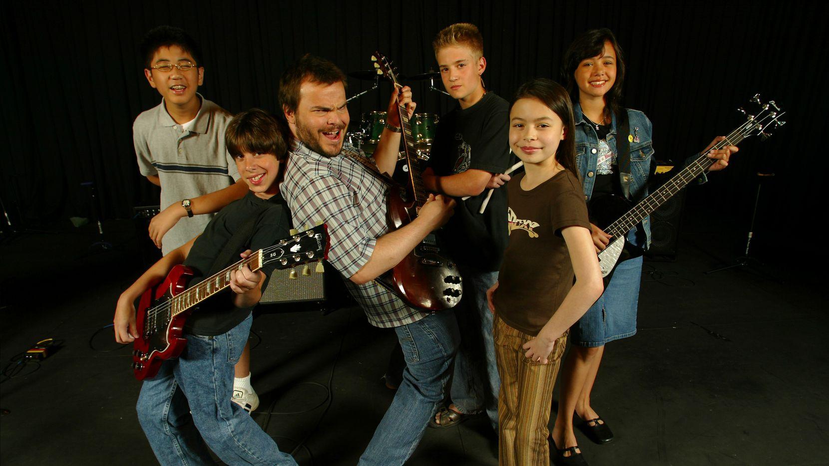 Elenco de 'School of Rock' con (desde la izquierda) Robert Tsai, Joey Gaydos Jr., Jack Black, Kevin Clark, Miranda Cosgrove y Rebecca Brown.