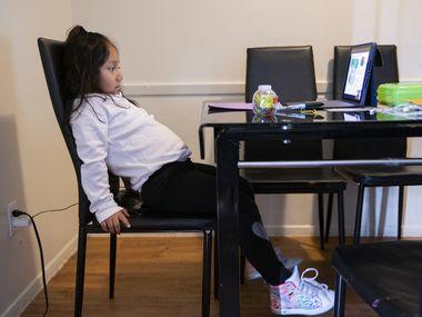 Daysha Cojulum, de 5 años, empieza a inquietarse durante su clase virtual en el Noroeste de Dallas. Cojulum usa el teléfono de su madre para conectarse al internet, debido a que el hotspot que les proporcionó el DISD no funciona bien.