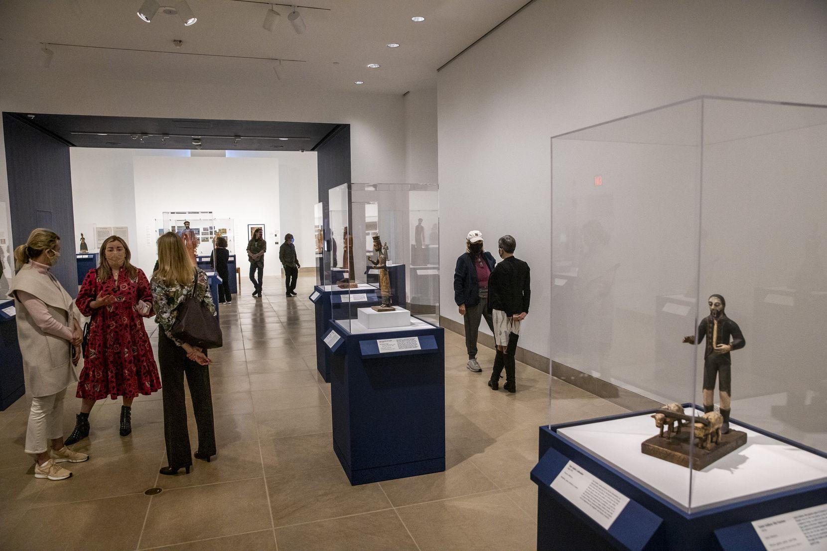 """Visitantes de la muestra """"Devotos: arte y espiritualidad en México y Nuevo México"""", una nueva exhibición en el DMA a partir del 7 de abril."""