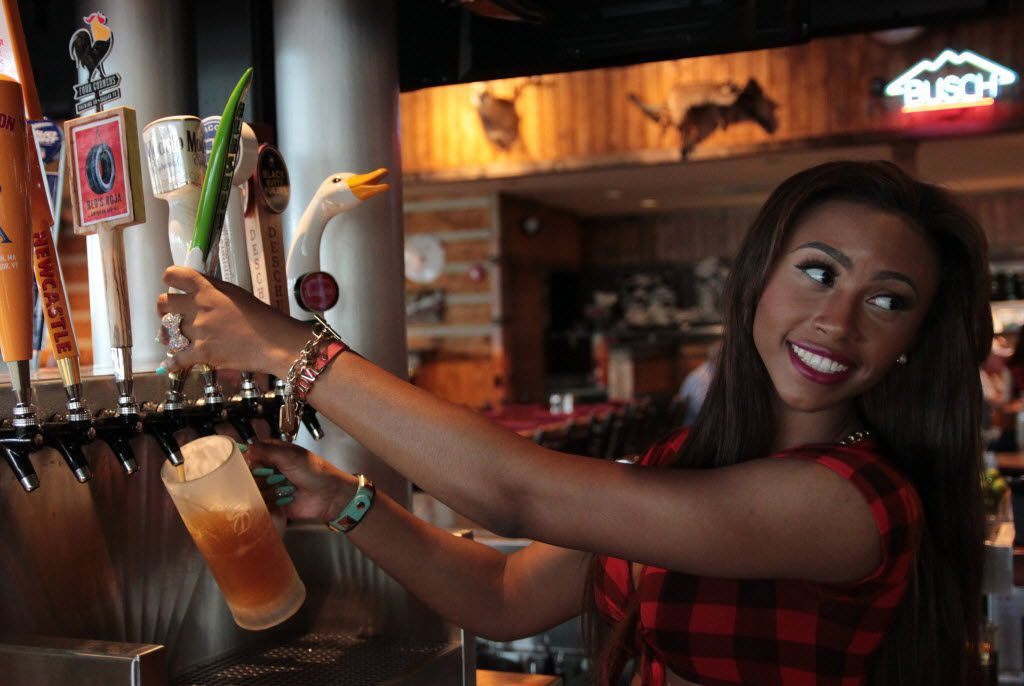 Twin Peaks bartender D'Moirae Scott pours a draft beer for a customer during a weekday lunch rush. 12122014xGUIDE