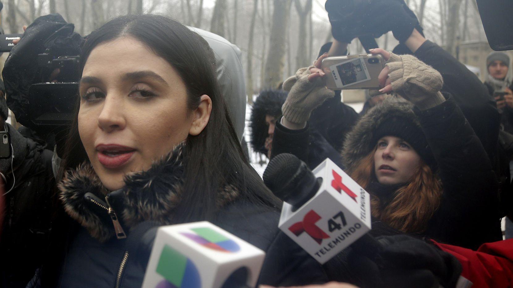 """En esta fotografía de archivo del 12 de febrero de 2019, Emma Coronel Aispuro, esposa de Joaquín """"El Chapo"""" Guzmán, sale de la corte federal en Nueva York."""