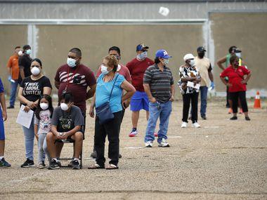 La comunidad hispana ha sido la más golpeada por el coronavirus en el condado de Dallas. En la imagen, la familia Contreras espera su turno para realizarse la prueba de covid-19 en uno de los sitios donde se hacen de forma gratuita.