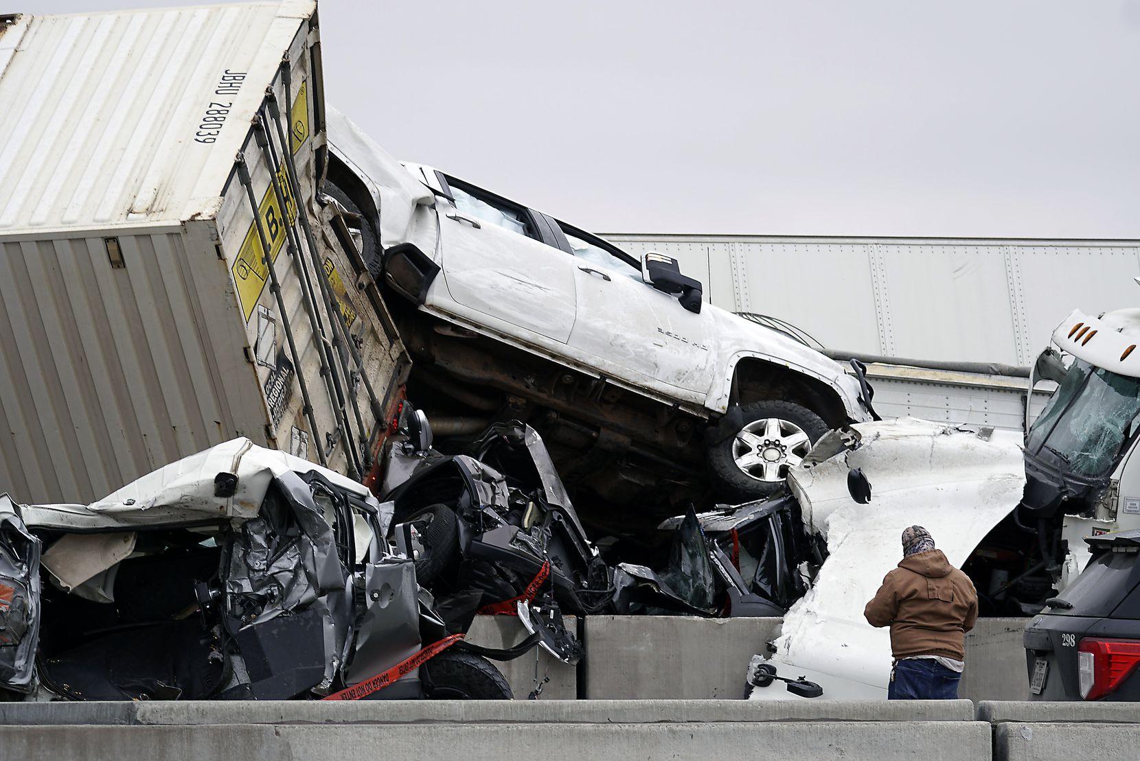 Decenas de vehículos colisionaron en la I-35W debido a las condicioens de hielo en la carretera.
