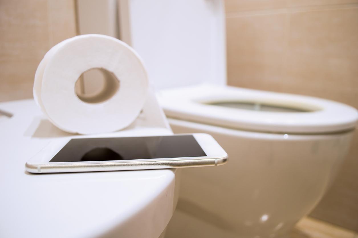 Un smartphone en un sanitario.(GETTY IMAGES)