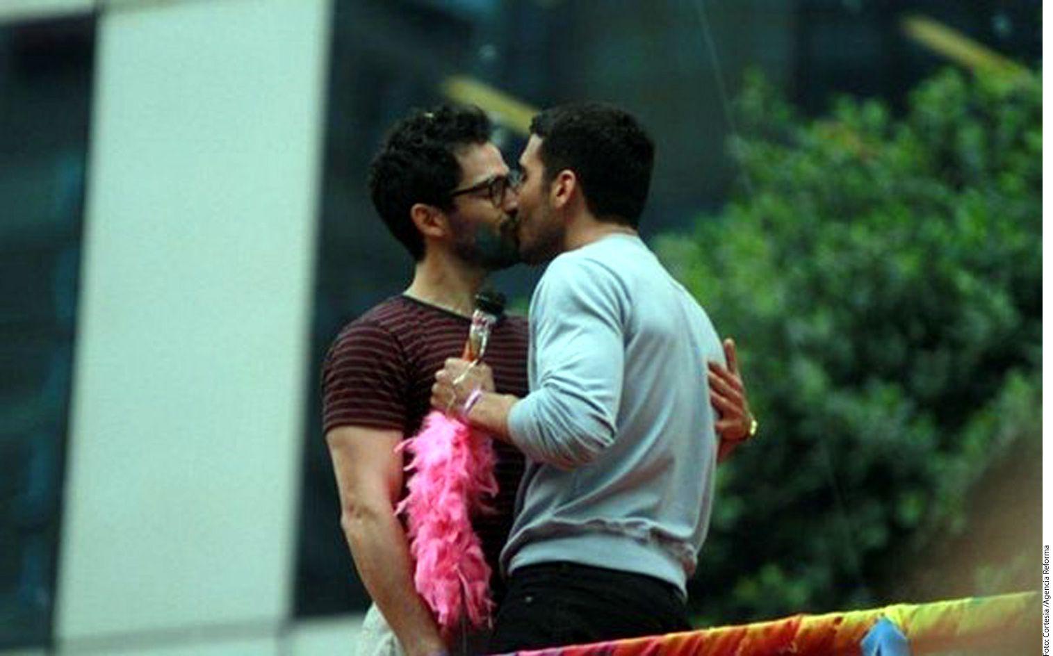 Poncho Herrera (izq.) y Miguel Ángel Silvestre (der.) se besaron para la serie Sense 8, de Netflix./AGENCIA REFORMA