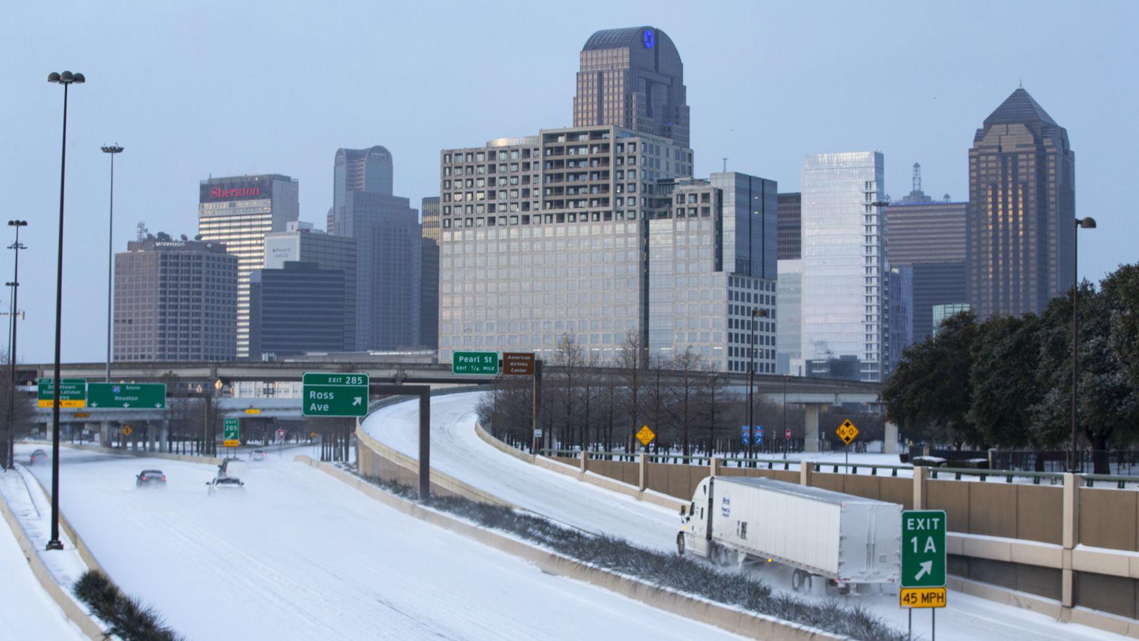 La nieve cubría la autopista 75 en la rampa de acceso al centro de Dallas el lunes por la mañana.