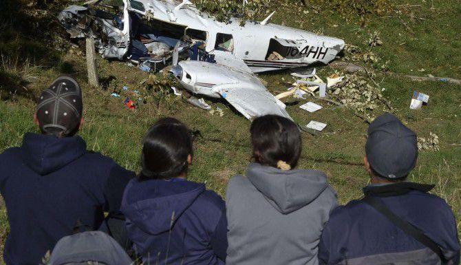 Los restos de un Pipera PA-60 Aerostar que se estrelló el viernes cerca de Medellín, Colombia. Murieron dos miembros del equipo de filmación de una película con Tom Cruise. (AFP/GETTY IMAGES/RAUL ARBOLEDA)