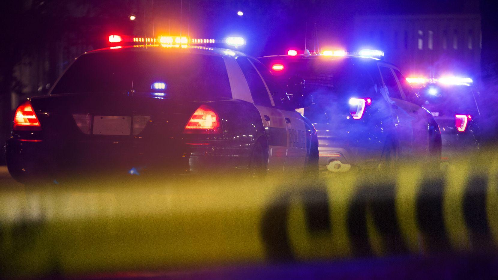 Tres personas perdieron la vida y otras dos resultaron heridas luego de que un hombre comenzó a disparar afuera de un bar de San Antonio el domingo 15 de agosto de 2021, informó la policía.