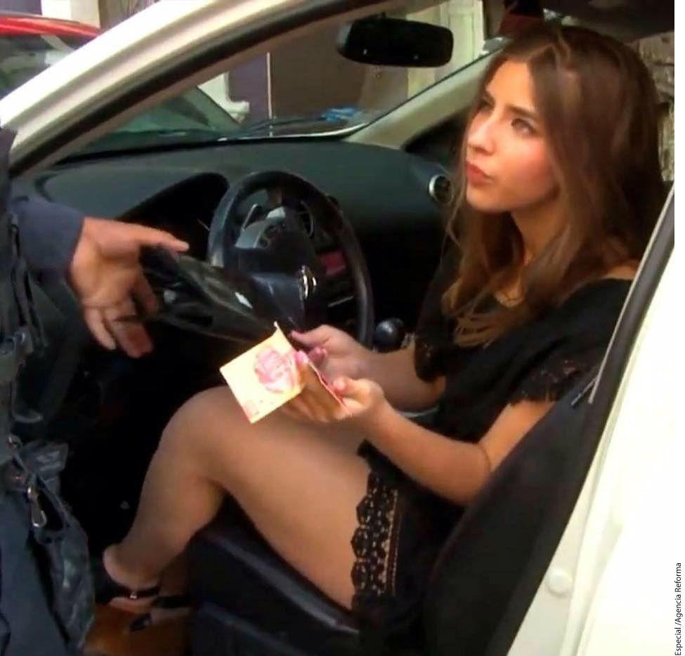 Tras calificarla como un sexy fenómeno, la revista informó que quiere en sus páginas a la joven que chocó y ofreció 100 pesos a policías./AGENCIA REFORMA