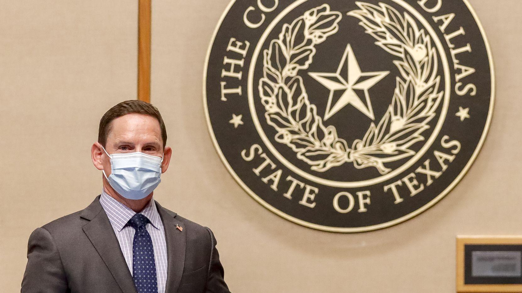 El juez Clay Jenkins demandó al gobernador Greg Abbott por su orden que prohíbe requerir uso de mascarillas, una de las pocas medidas que pueden ayudar a paliar la pandemia, dice Jenkins en la demanda.