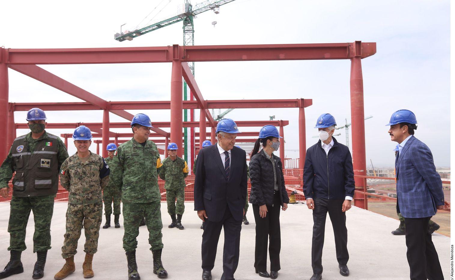 El presidente mexicano Andrés Manuel López Obrador (centro) pretende inaugurar el AIFA para vuelos comerciales en marzo de 2022.