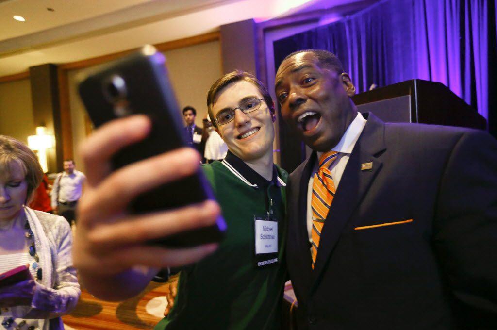 Michael Schlottman, uno de los becarios del año pasado, se toma un selfie con el alcalde de Plano Harry LaRosiliere, al final del programa.