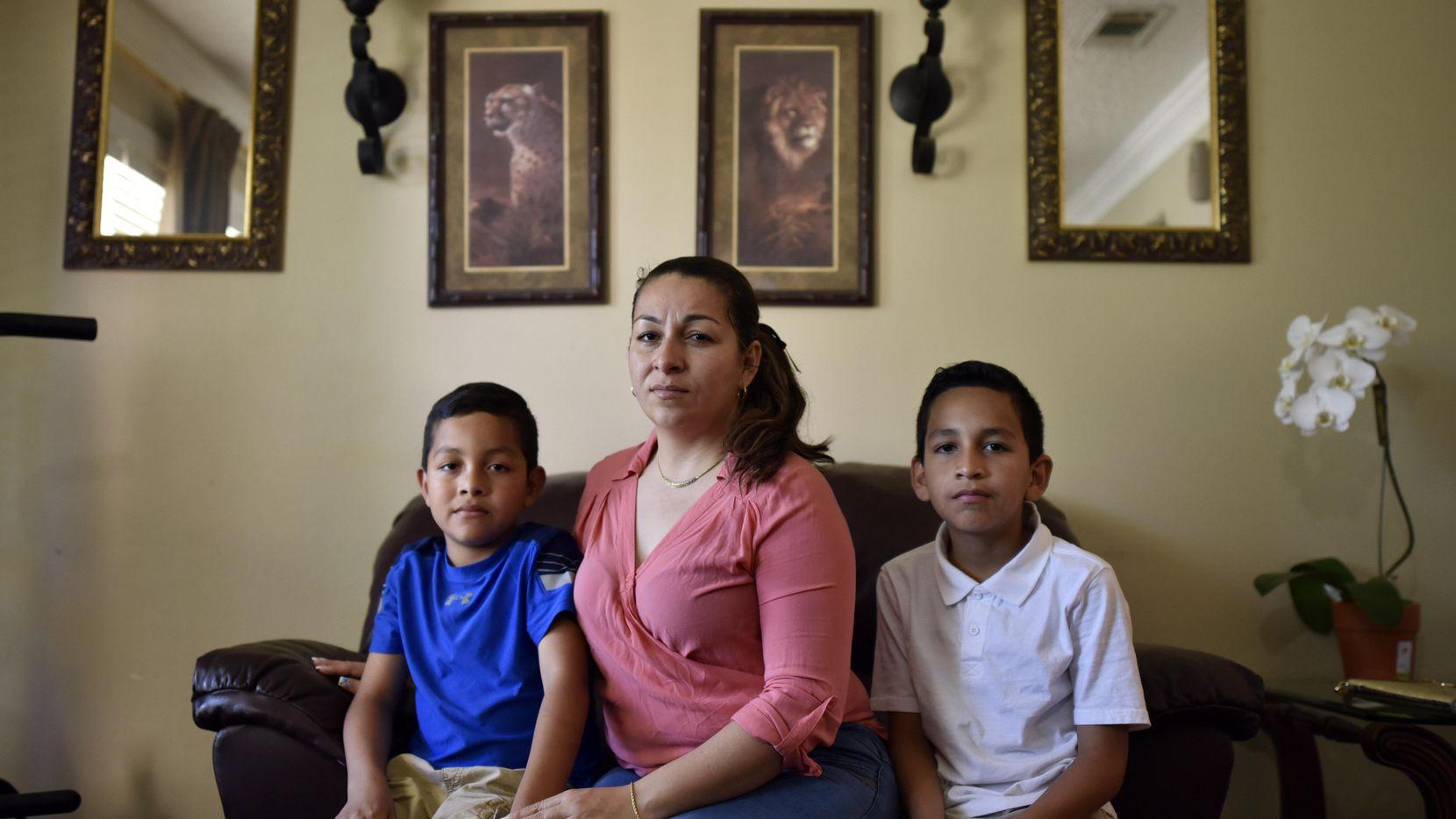 Marta Hernández y sus dos hijos, Kenneth, de 8 años, y César, de 11, obtuvieron asilo y en un año podrán pedir la residencia permanente. (ESPECIAL PARA AL DÍA/BEN TORRES)