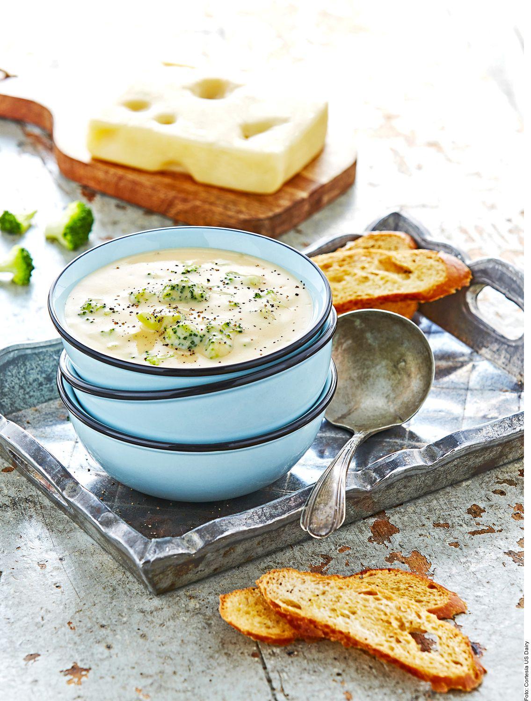 Para hacer una crema de brócoli con queso suizo tú tienes que calentar la mantequilla y sofreír el poro, el ajo y la papa hasta dorar ligeramente. Agregar el caldo y el queso; mezclar. Licuar hasta obtener una crema fina y salpimentar.