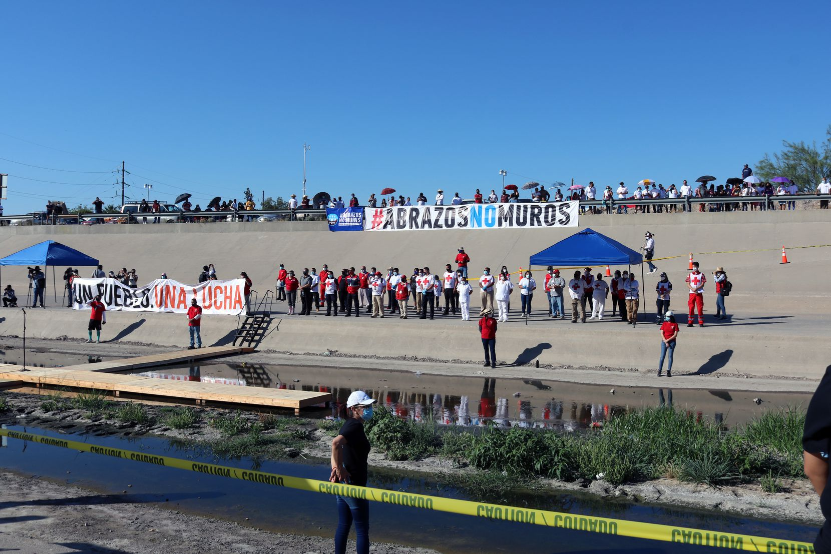 """Cerca de 200 familias pudieron reencontrarse por al menos tres minutos durante el evento """"Abrazos, no Muros"""" en el Río Grande que marca la frontera entre El Paso y Ciudad Juárez, el sábado 19 de junio de 2021."""