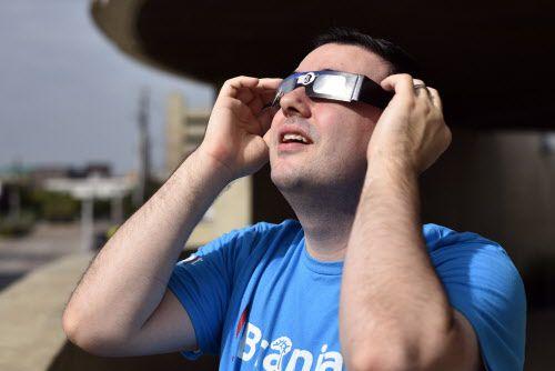 Thomas Close, del Museo Perot, explica cómo se debe ver el eclipse usando gafas solares. BEN TORRES/AL DÍA