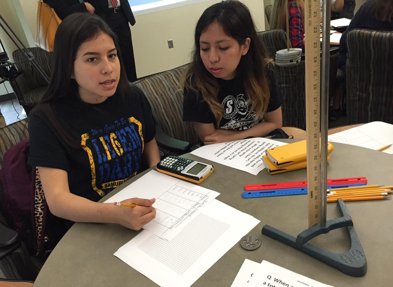 Jazmín Santillán y Karla Rangel participan en el programa de educación superior temprana del DISD. (AL DÍA/ANA AZPURUA)