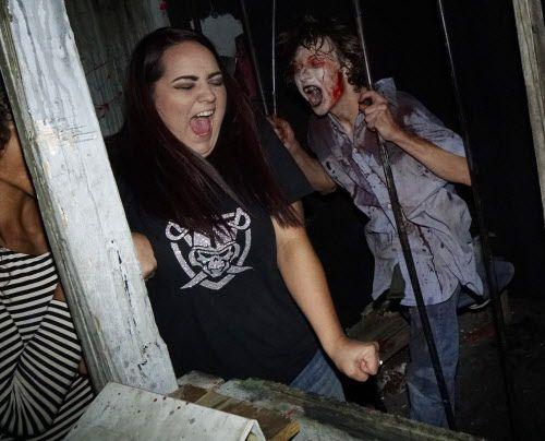 Una temerosa visita a una casa embrujada  Hangman's House of Horrors en Fort Worth, es una de las opciones este Halloween.  Foto DMN