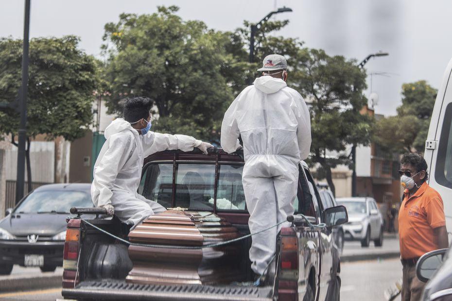 Empleados de un cementerio llevan los restos de una persona para enterrarla en Guayaquil, uno de los principales focos infecciosos del COVID-19 de América Latina el 6 de abril del 2020. (AP Photo/Luis Pérez)