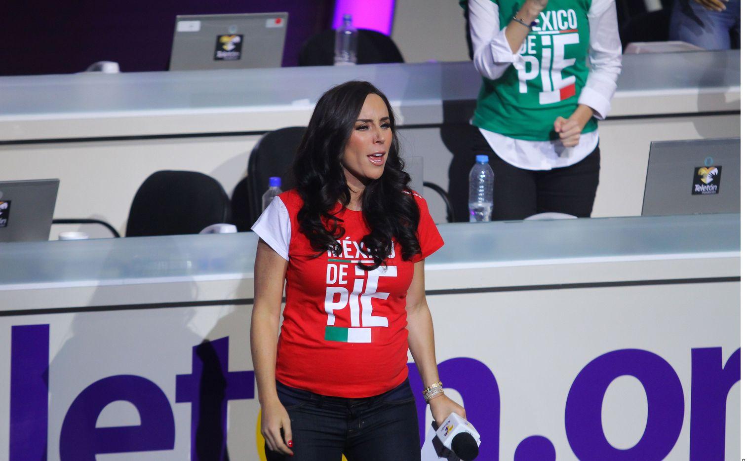 En esta imagen se ve a Inés Gómez Mont presentando un programa de televisión. La presentadora y su esposo, Víctor Manuel Álvarez Puga, están acusados de delincuencia organizada, lavado de dinero y peculado.