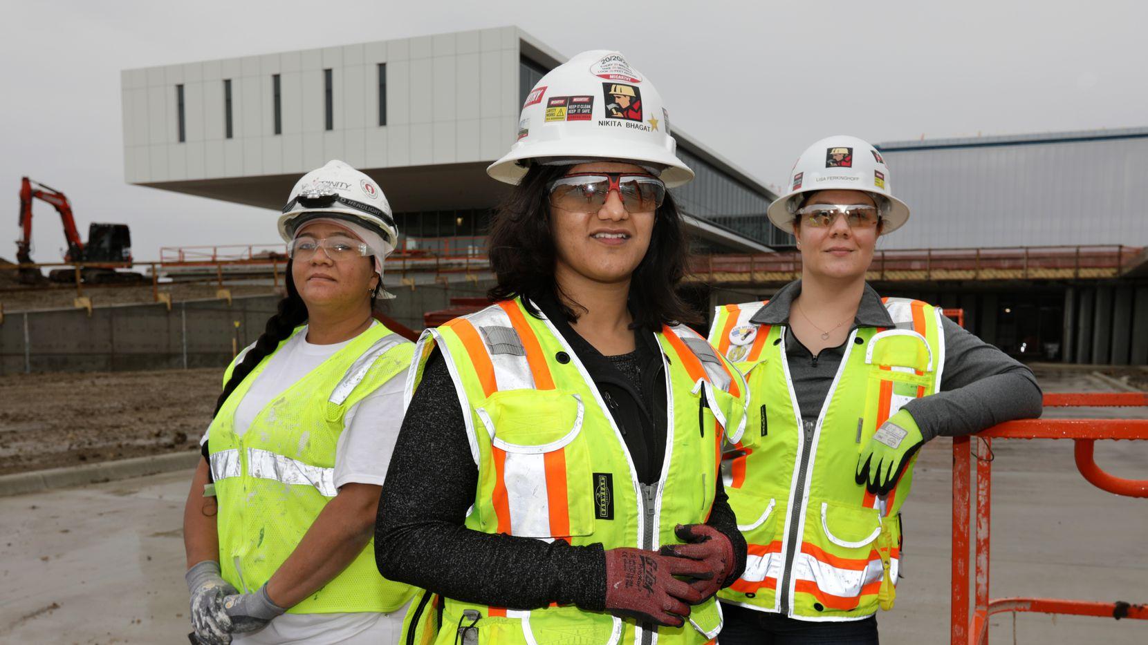 Karen Antúnez, (izq.), Nikita Bhagat y Lisa Ferkinghoff son algunas de las mujeres que son parte de la industria de la construcción. Las tres trabajan en la construcción del campus de Collin College Technical en Allen.