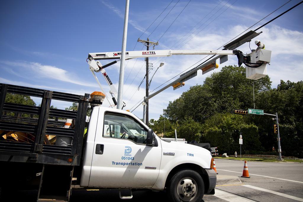 Personal municipal trabaja en la reparación de semáforos a la altura del Arboretum en Dallas. Cientos de semáforos permanecen inutilizables. (DMN/SHABAN ATHUMAN)