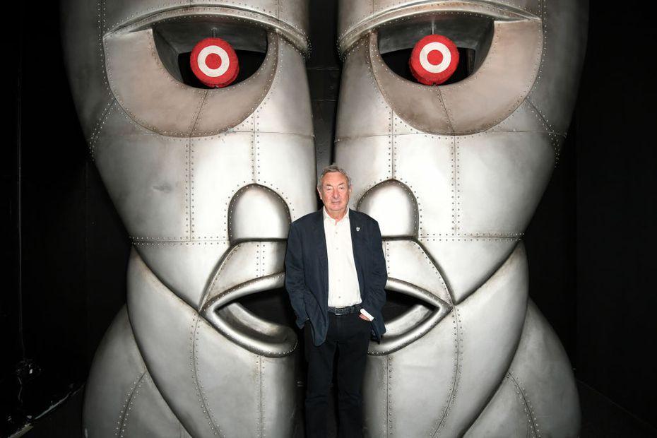 """Nick Mason posa frente a la imagen de la portada del disco 'The Division Bell' al inicio de la exhibición """"The Pink Floyd Exhibition: Their Mortal Remains"""" en el Vogue Multicultural Museum de Los Ángeles."""