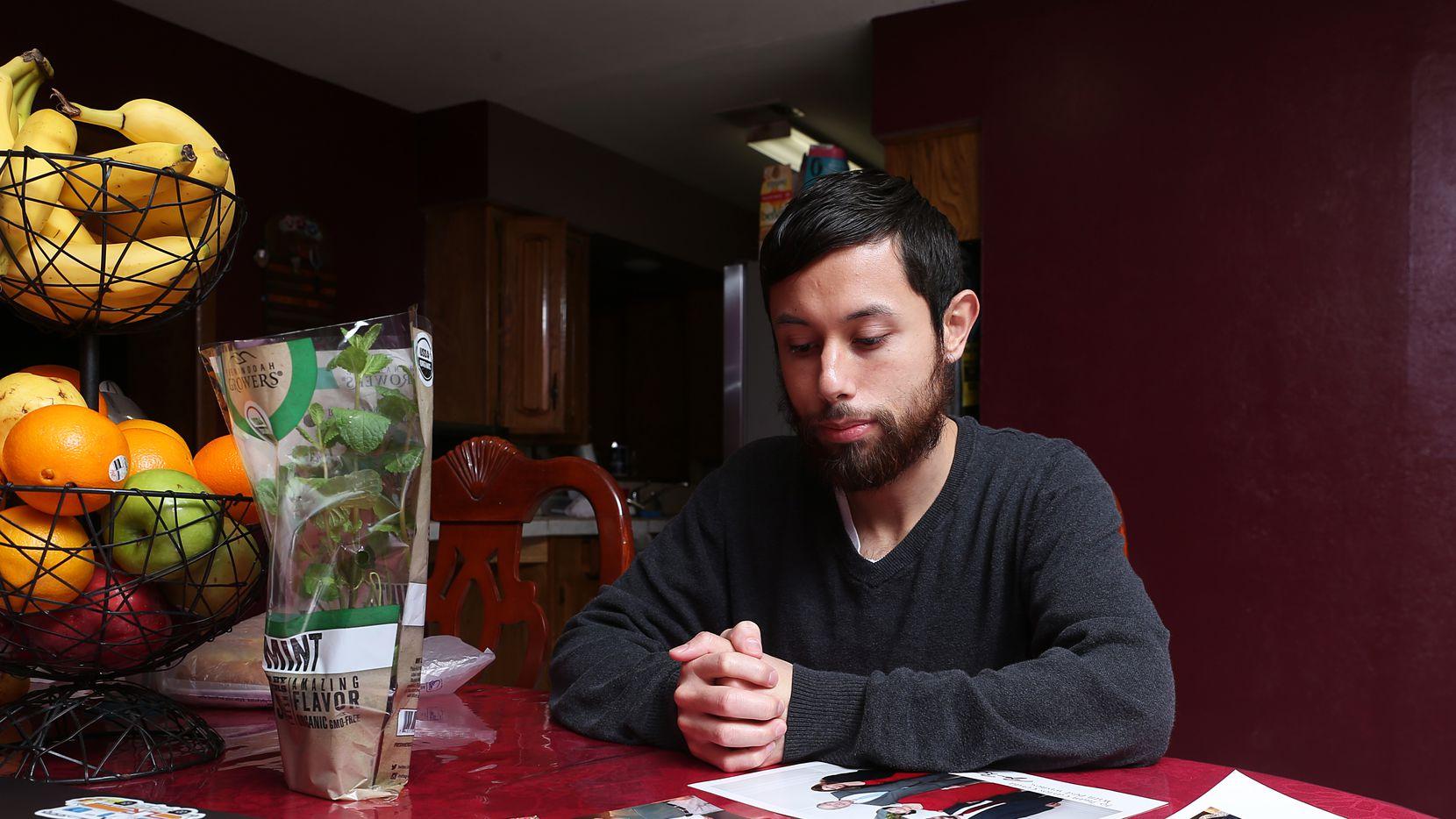 Juan Carlos Cerda, 28, tuvo que buscar otras formas de financiamiento para poder comprar su casa debido a que su banco consideró que su estatus DACA era muy inestable y no podían otorgarle un préstamo.
