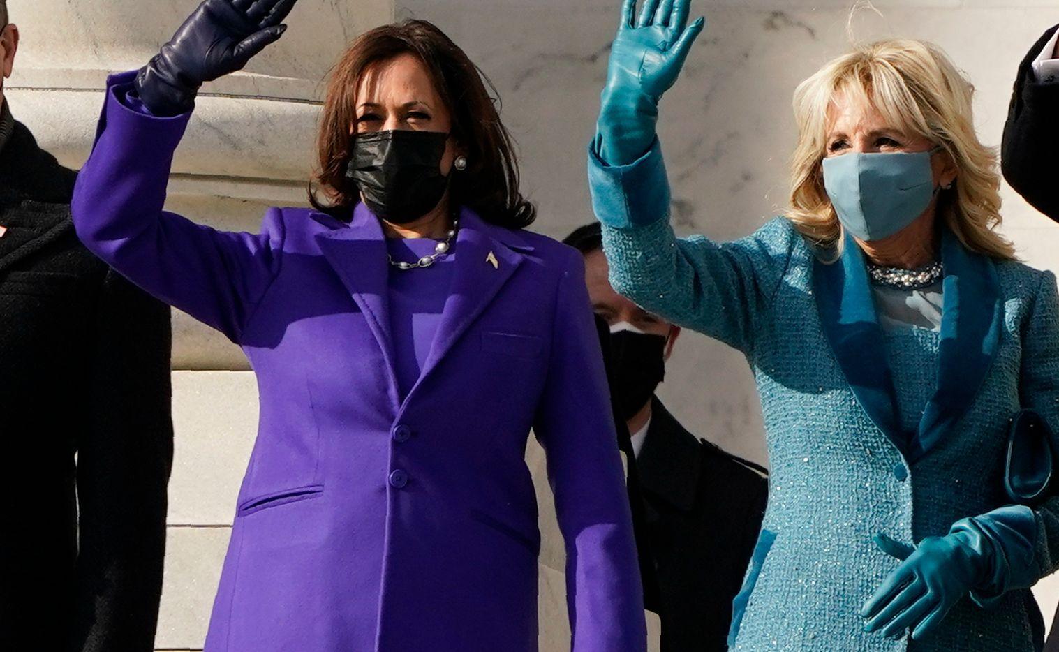 La vicepresidenta Kamala Harris (morado) y la Primera Dama, Jill Biden, portaron diseños similares en su atuendo durante la toma de posesión del 20 de enero de 2021 en Washington.