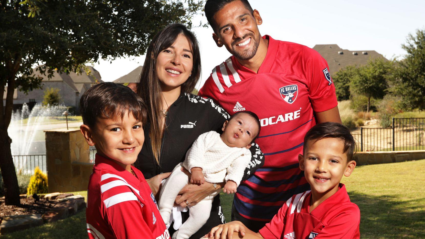 Franco Jara y su esposa Ruth en su casa del Norte de Texas con sus hijos Francesco, de nueve años, Constantino de seis y el recién nacido Gianluca.(Jason Janik / Special Contributor)