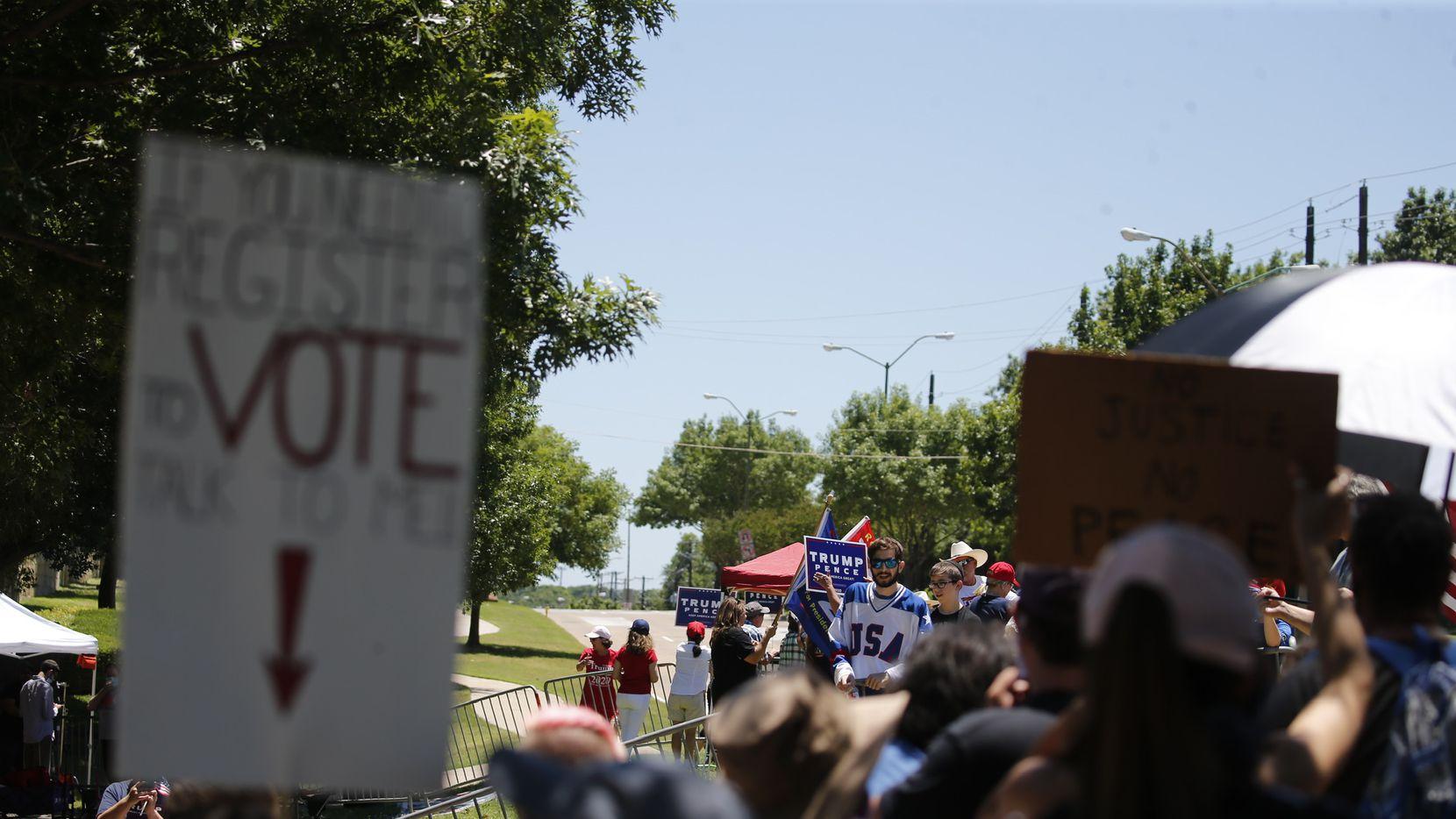 Decenas de manifestantes, a favor y en contra de Donald Trump, llegaron hasta la Gateway Church, al norte de Dallas, en donde iba a llegar el mandatario para panel sobre temas raciales, que no incluía autoridades locales.