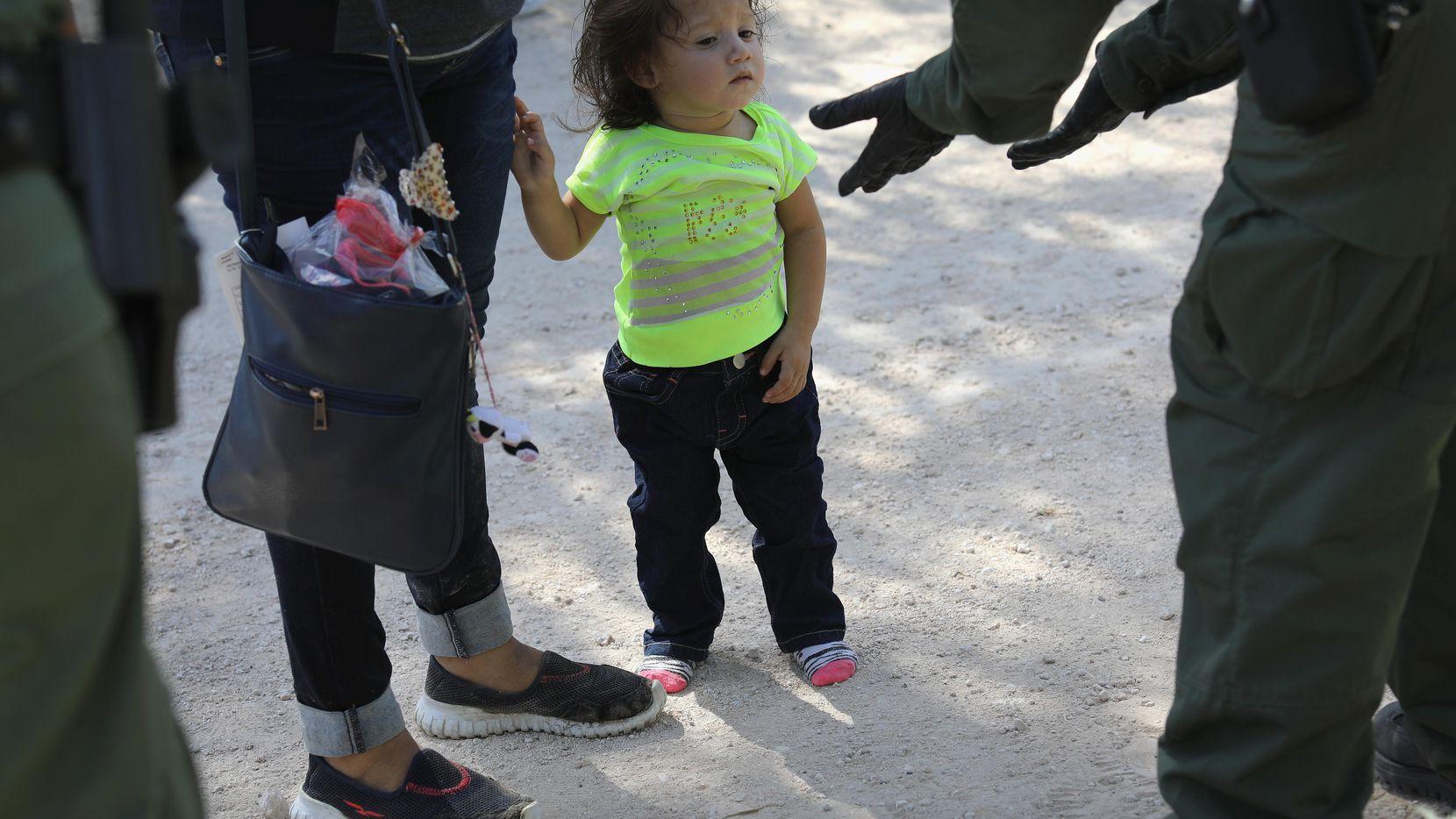 Una familia de inmigrantes de Centroamerica es tomado en custodia por agentes de la Patrulla Fronteriza, en la zona del Río Grande, al sur de Texas. (GETTY IMAGES/JOHN MOORE)