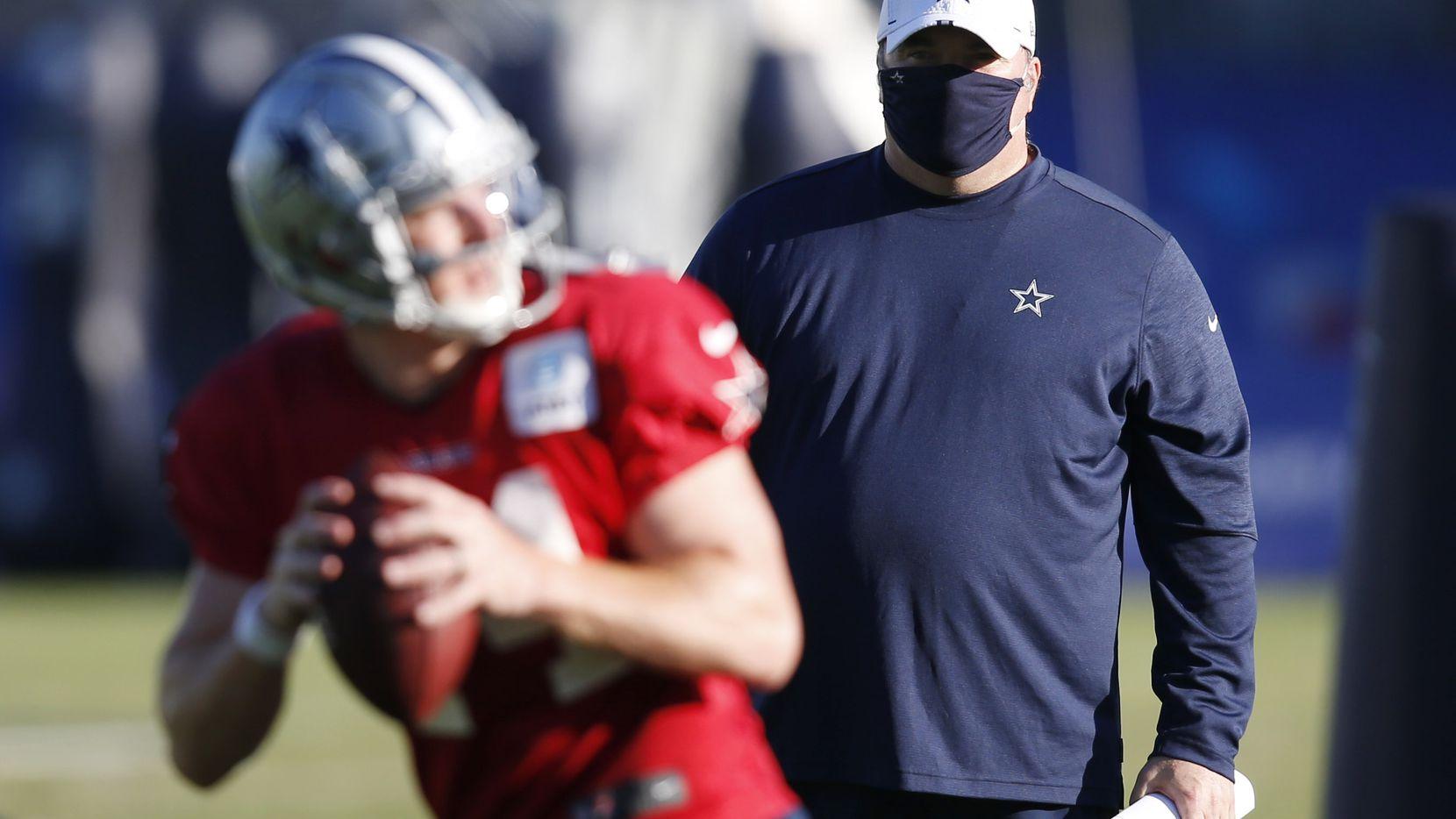 El entrenador en jefe de los Dallas Cowboys, Mike McCarthy  observa al mariscal Andy Dalton durante una práctica del equipo, el 20 de agosto de 2020 en Frisco.