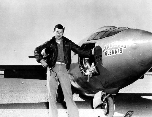 El capitan de la Fuerza Aérea Charles E. Yeager frente a la nave Bell X-1 supersonic, en 1947.